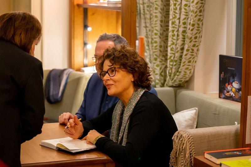 Barbara Auer signiert in der Bibliothek