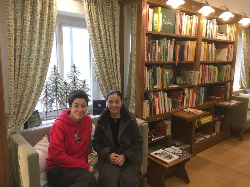 Dunja Hayali mit Carmen Würth in der Bibliothek Frau Holle am 30. November 2018 zu ihrem Vortrag am Abend zuvor über Journalismus in Zeiten von Social Media